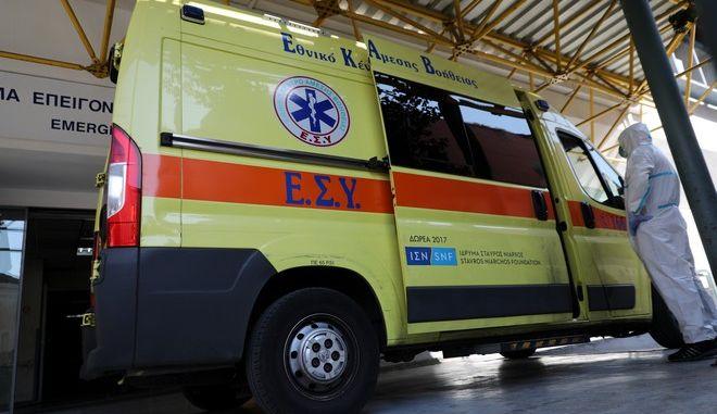 ΕΚΑΒ έξω από νοσοκομείο (φωτογραφία αρχείου)