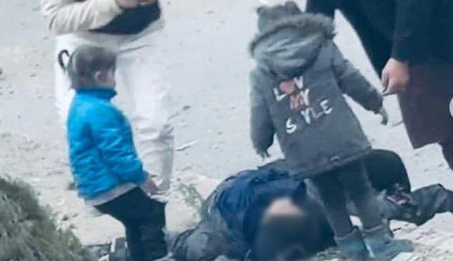 Αφγανιστάν: Συγκλονίζει σπαρακτικό βίντεο που δείχνει παιδιά να κλαίνε μετά την έκρηξη στην Καμπούλ