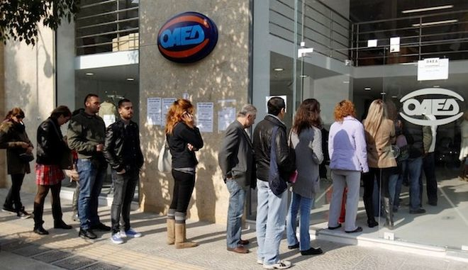 Jobless Greeks wait in line outside an unemployment bureau in Athens November 22, 2011. Greece's jobless rate hit a record high of 18.4 percent in August, with the number of unemployment rising to 907,953, about 48% up from 2010.     REUTERS/Yiorgos Karahalis (GREECE - Tags: POLITICS BUSINESS EMPLOYMENT)