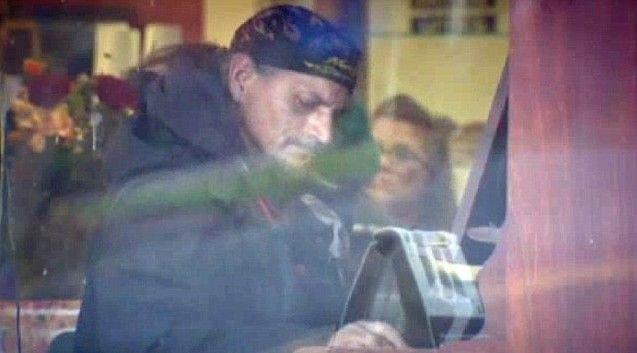 Ο άστεγος που μαγεύει με το πιάνο, χωρίς να ξέρει μουσική