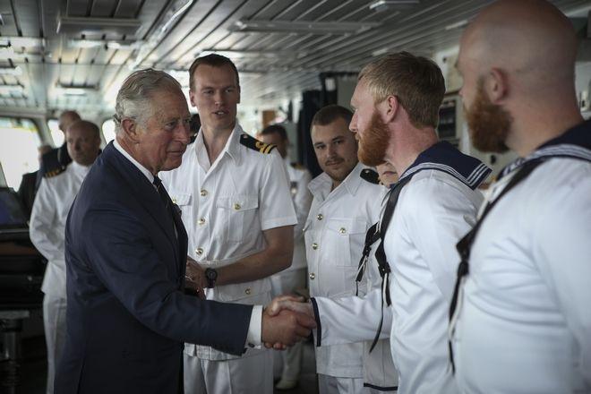 Ο Πρίγκηπας Κάρολος χαιρετάει το πλήρωμα του βρετανικού HMS Echo