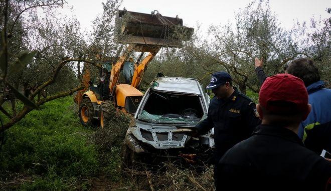 Το αυτοκίνητο της οικογένειας κατά την ανάσυρσή του από τον ποταμό Γεροπόταμο στην Κρήτη