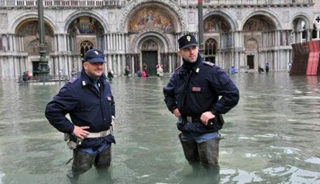 Αστυνομικοί στην πλημμυρισμένη Βενετία