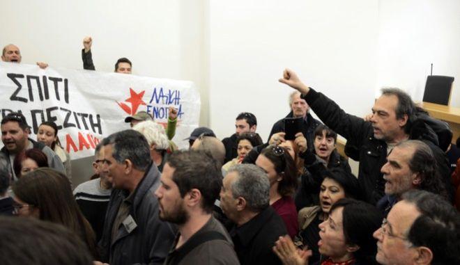 Κινητοποίηση στο Ειρηνοδικείο της Αθήνας την Τετάρτη 1 Μαρτίου 2017, από μέλη της Λαϊκής Ενότητας καθώς και οργανώσεις της Αριστεράς, κινήματα, συλλογικότητες και πολίτες, προκειμένου να αποτρέψουν πλειστηριασμούς σε βάρος πρώτων κατοικιών και των μικρομεσαίων επιχειρήσεων.  (EUROKINISSI/ΛΥΔΙΑ ΣΙΩΡΡΗ)