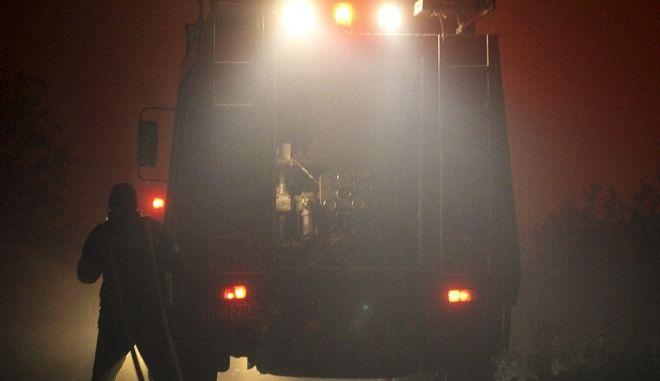 Πυροσβεστικό όχημα σε φωτιά κατά τη διάρκεια της νύχτας