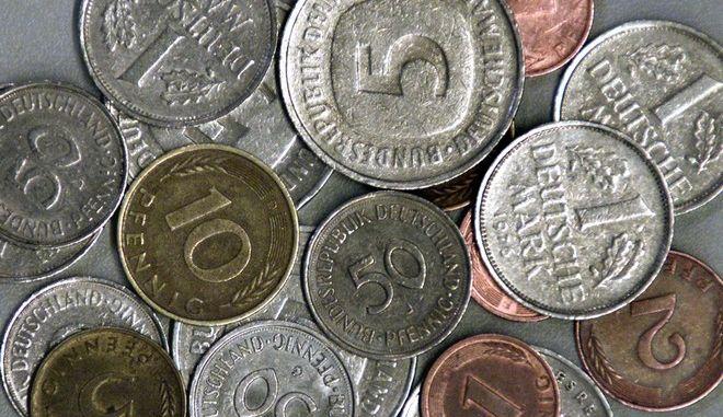 ** ARCHIV ** Dieses undatierte Archivfoto zeigt D-Mark-Muenzen im Wert zwischen einem Pfennig und fuenf DM. Auch wenn sie sich nach sechs Jahren langsam an den Euro gewoehnen - fuer viele Deutsche ist die D-Mark weiterhin die Waehrung der Herzen. (AP Photo/Michael Probst) ** zu korr ** --- ** FILE ** An undated file photo shows various coins of the former German 'Deutsche Mark' currency. (AP Photo/Michael Probst)