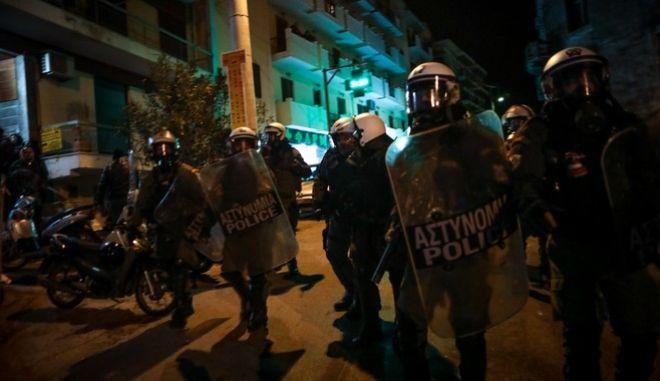 Ένταση και χημικά τα ξημερώματα στο λιμάνι της Μυτιλήνης,μεταξύ αστυνομίας και κατοίκων,που προσπάθησαν να εμποδίσουν τις αστυνομικές δυνάμεις που έφτασαν στο νησί να αποβιβαστούν. (Τρίτη 25 Φεβρουαρίου)