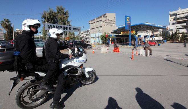 Ανταλλαγή πυροβολισμών σημειώθηκε το πρωί της Παρασκυής 9 Νοεμβρίου 2012 κοντά στην πλατεία Ιλίου, όταν αστυνομικοί της ομάδας ΔΙΑΣ περικύκλωσαν ύποπτο αυτοκίνητο, στο οποίο επέβαιναν δύο άτομα.  Είχε προηγηθεί καταδίωξη του οχήματος από τους αστυνομικούς, οι οποίοι κατάφεραν τελικά να το ακινητοποιήσουν σε πρατήριο υγρών καυσίμων. Οι δράστες βγήκαν από το αυτοκίνητο και όταν κλήθηκαν να παραδοθούν έστρεψαν τα όπλα τους κατά των αστυνομικών, οι οποίοι πυροβόλησαν, τραυματίζοντας έναν εξ' αυτών.  (EUROKINISSI/ΓΕΩΡΓΙΑ ΠΑΝΑΓΟΠΟΥΛΟΥ)