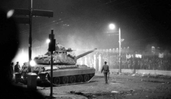 To τανκ λίγο πριν τσακίσει την πύλη του Πολυτεχνείου ξημερώματα 17ης Νοεμβρίου 1973