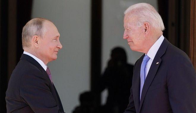 Οι Τζο Μπάιντεν και Βλαντίμιρ Πούτιν