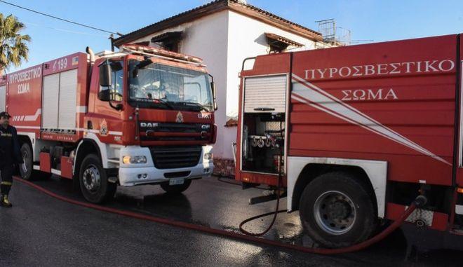 Πυροσβεστική έξω από οικία (φωτογραφία αρχείου)