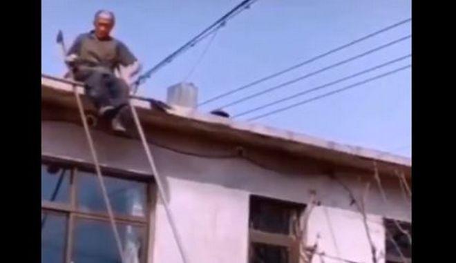 Πώς να κατέβεις από τη στέγη χωρίς σκάλα - Ένας παππούς δείχνει τον τρόπο