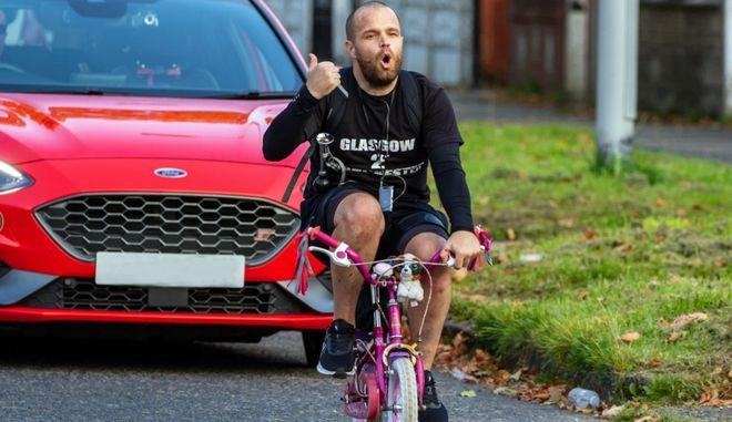 Διέσχισε 320 χιλιόμετρα με το ποδήλατο της 8χρονης κόρης του για καλό σκοπό