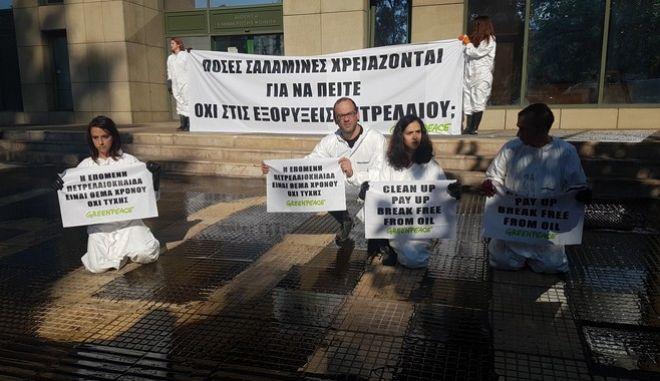 Διαμαρτυρία της Greenpeace για την πετρελαιοκηλίδα στο Σαρωνικό