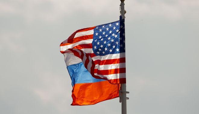 Οι σημαίες της Ρωσίας και των ΗΠΑ κυματίζουν κατά την επίσκεψη τον Απρίλιο του 2017 του Αμερικανού τότε υπουργού Εξωτερικών Ρεξ Τίλερσον στη Μόσχα