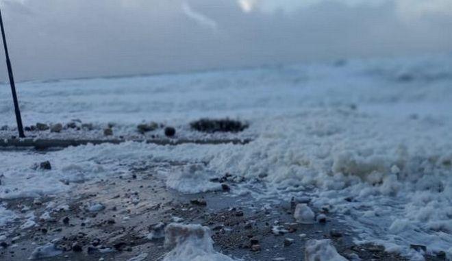 Κακοκαιρία: Η εξήγηση για τον αφρό στους Οθωνούς