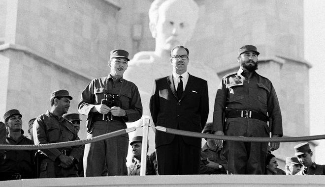 Ο πρωθυπουργός της Κούβας Φιντέλ Κάστρο και ο αρχηγός των Ενόπλων Δυνάμεων, διοικητής Ραούλ Κάστρο, παρακολουθούν  στρατιωτική παρέλαση που τιμά την 7η επέτειο της Κουβανικής Επανάστασης