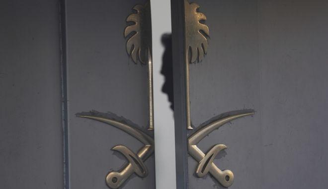 Σιλουέτα φρουρού στην είσοδο του προξενείου της Σ. Αραβίας στην Κωνσταντινούπολη