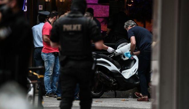 Αστυνομικοί έξω από την καφετέρια όπου δολοφονήθηκε 32χρονος στις 30/5