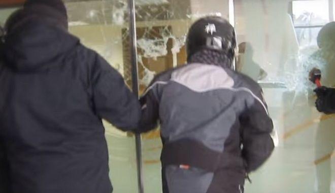 Βίντεο: Καρέ καρέ η στιγμή της εισβολής μελών του Ρουβίκωνα στον Τειρεσία