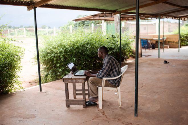 Σε μια κλινική στην Bougoula, ο δρ. Bakary Fofana και οι συνάδελφοί του διαγιγνώσκουν και θεραπεύουν ανθρώπους που πάσχουν από ελονοσία.