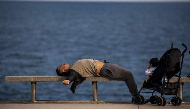 Κορονοϊός. Ένας άντρας ξαπλωμένος σε παγκάκι της Βαρκελώνης (Ισπανία)