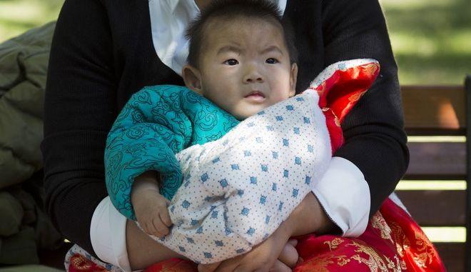 Κινέζος επιστήμονας ισχυρίζεται ότι έφερε στον κόσμο τα πρώτα γενετικά τροποποιημένα μωρά