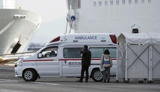 Ασθενοφόρο στο λιμάνι της Γιοκοχάμα στην Ιαπωνία για τους ασθενείς στο κρουαζιερόπλοιο Diamond Princess