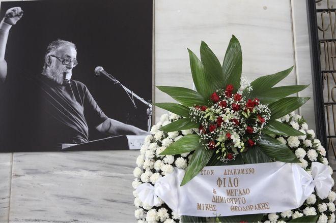 Στεφάνι του Μίκη Θεοδωράκη στην πολιτική κηδεία του Θάνου Μικρούτσικου