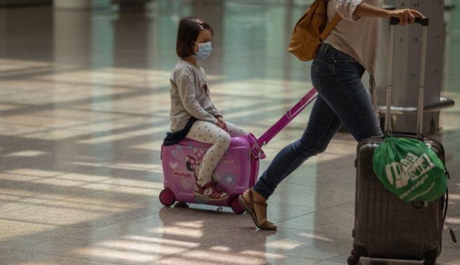 Κοριτσάκι με τη μητέρα του στο αεροδρόμιο της Βαρκελώνης
