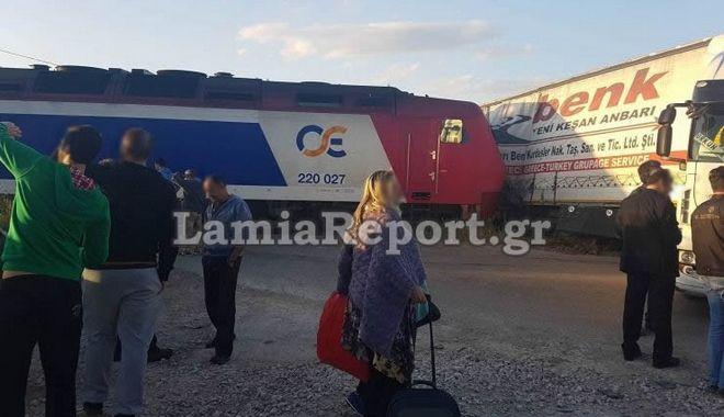 Νταλίκα συγκρούστηκε με αμαξοστοιχία στη Φθιώτιδα. Σώοι οι επιβάτες