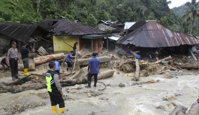 Διασώστες ψάχνουν για θύματα μετά από πλημμύρες στη Σουμάτρα