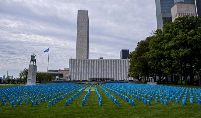 3.758 σχολικές τσάντες στήθηκαν έξω από το κτίριο του ΟΗΕ