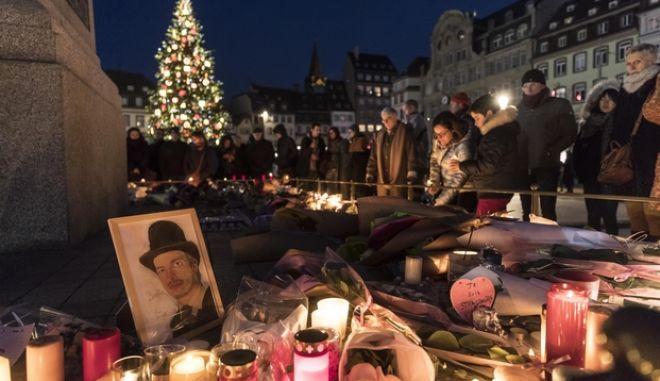 Kεριά στο σημείο που έγινε η επίθεση