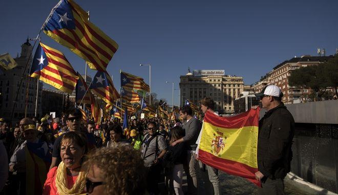 Σημαίες της Ισπανίας και της Καταλονίας σε διαδήλωση στη Μαδρίτη