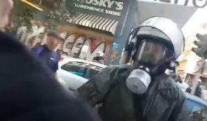Ντοκουμέντο: Η στιγμή που αφιονισμένος άνδρας των ΜΑΤ σπάει κατάστημα και τραυματίζει κοπέλα