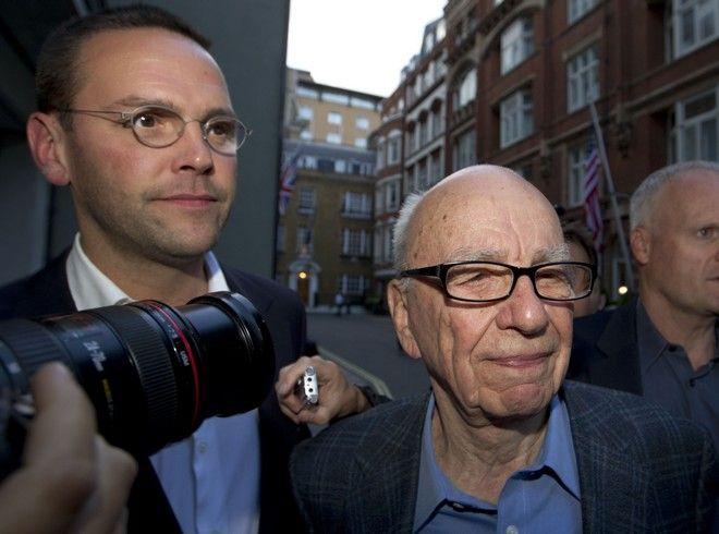 O πρόεδρος της News Corp, Rupert Murdoch με το γιο του, James (δεξιά), διευθύνοντα σύμβουλο του κολοσσού στην Ευρώπη και την Ασία, τον Ιούλιο του 2011 όταν η εφημερίδα News of the word σταμάτησε την έκδοση της, έπειτα από 165 χρόνια.