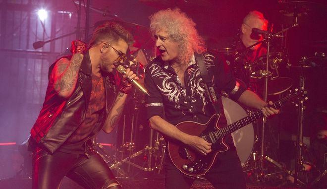 Ο Άνταμ Λάμπερτ και ο Μπράιαν Μέι στη συναυλία των Queen στο Wells Fargo Center της Φιλαδέλφεια