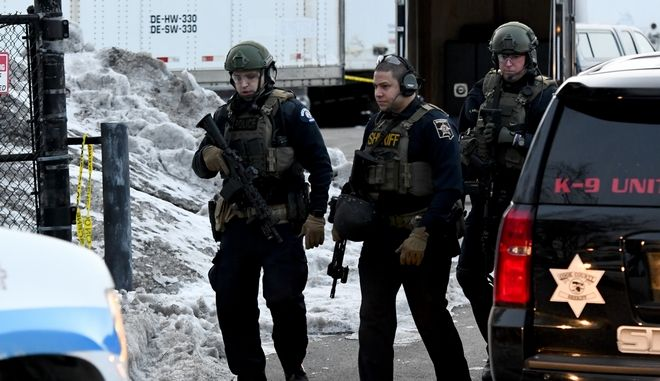 Αστυνομικές δυνάμεις στο Ιλινόι των ΗΠΑ, μετά την επίθεση ενόπλου