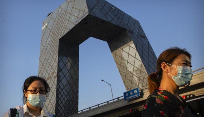 Πολίτες με μάσκες στην Κίνα
