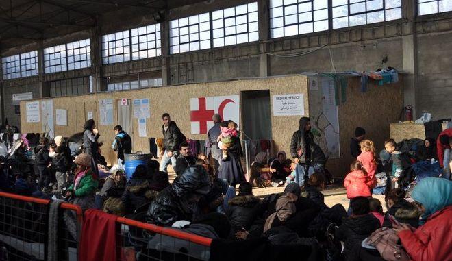 Χίος: 'Κόντρα' Frontex - τοπικών αρχών για τα ελενίτ στο κέντρο καταγραφής προσφύγων