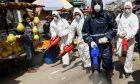 Κορονοϊός στο Ιράν. Εργαζόμενοι κάνουν απολύμανση.