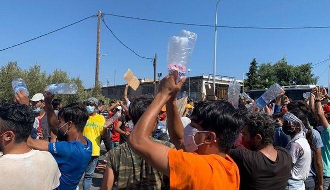 """Λέσβος: Διαμαρτυρία από πρόσφυγες και μετανάστες - Φωνάζουν """"Ελευθερία"""""""