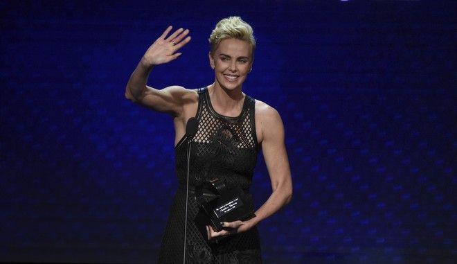 Η Σαρλίζ Θερόν παραλαμβάνει το βραβείο της Αμερικανικής Ταινιοθήκης σε εκδήλωση στο Μπέβερλι Χιλς