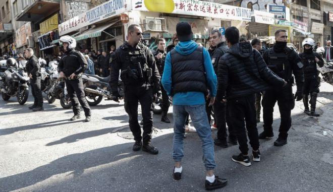 Συμπλοκή αλλοδαπών με έναν νεκρό και έναν τραυματία σημειώθηκε στο κέντρο της Αθήνας.