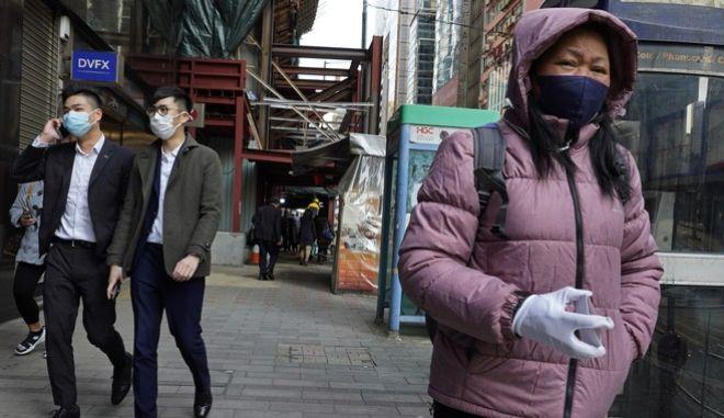 Άνθρωποι με μάσκες στο Hong Kong λόγω κοροναϊού