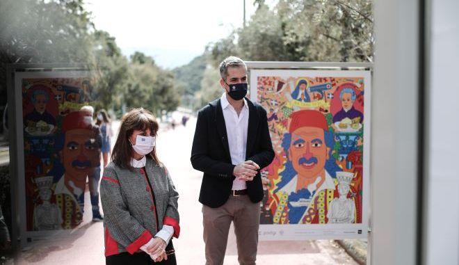 """Η Πρόεδρος της Δημοκρατίας, Κατερίνα Σακελλαροπούλου, περιηγήθηκε στη δράση «200 χρόνια Ελλάδα-40 χρόνια Ευρώπη» και στην έκθεση """"Η Ιστορία έχει πρόσωπο""""."""