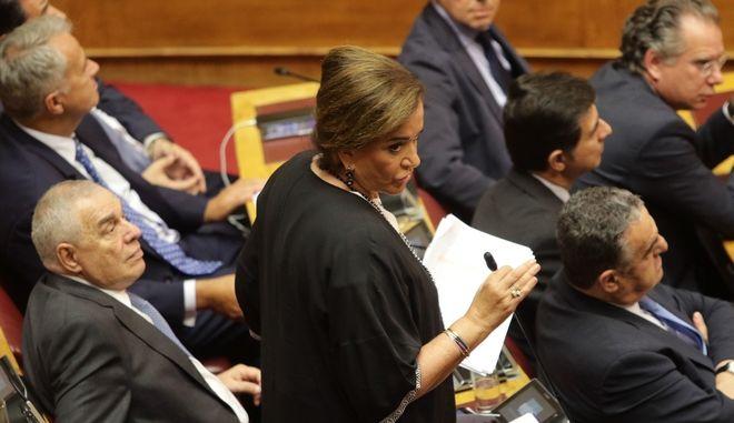 Η Ντόρα Μπακογιάννη καταθέτει έγγραφα στη Βουλή