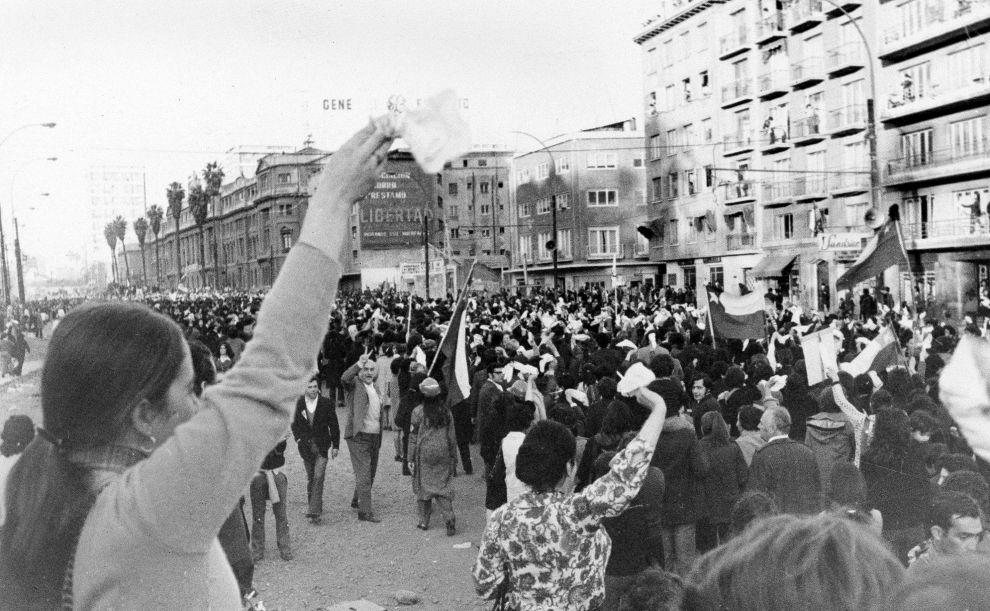 Αντικυβερνητική διαδήλωση γυναικών στο Σαντιάγο, με αίτημα την παραίτηση του Αλιέντε (5/9/1973).