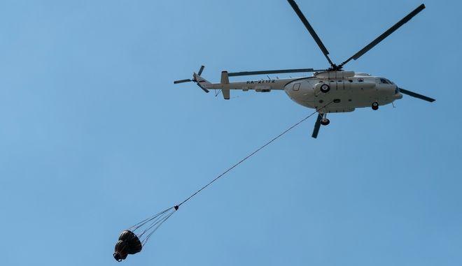 Ελικόπτερο επιχειρεί σε φωτιά (φωτογραφία αρχείου)